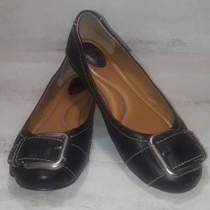 Fossil black leather flats w/buckle.